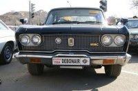 Debonair всегда был автомобилем, который производили в малом количестве для должностных лиц высшего эшелона и руководителей предприятий группы Mitsubishi. Машина выпускалась исключительно для внутреннего японского рынка. Первое поколение модели, представленное на фото, выпускалось с 1964. В 1986 году ему на смену пришло второе поколение Debonair.